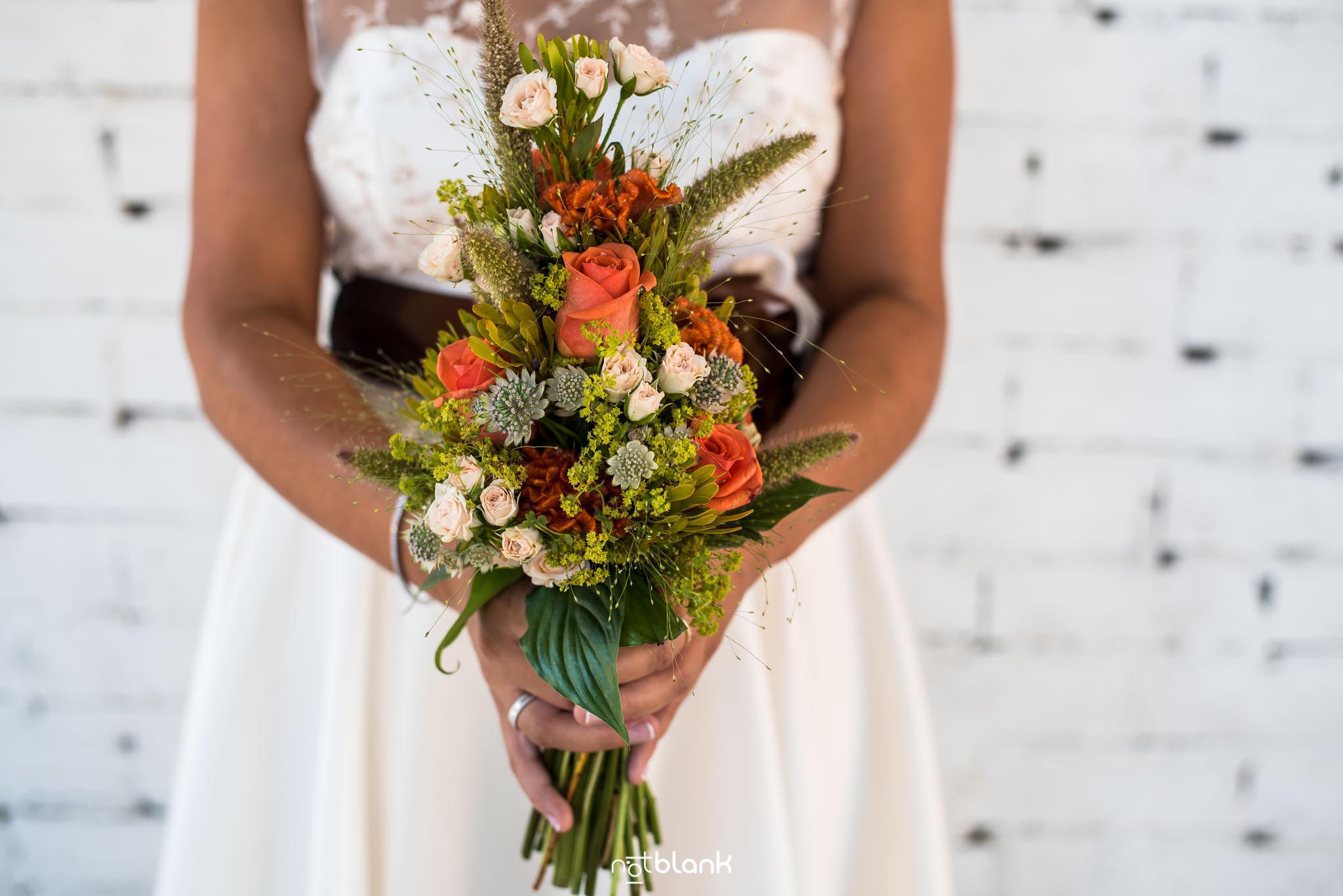 Boda-Mondariz-Balneario-Novia-Detalles-Flores-Fotógrafo de boda-Pared-Ladrillo-blanco-Ramo