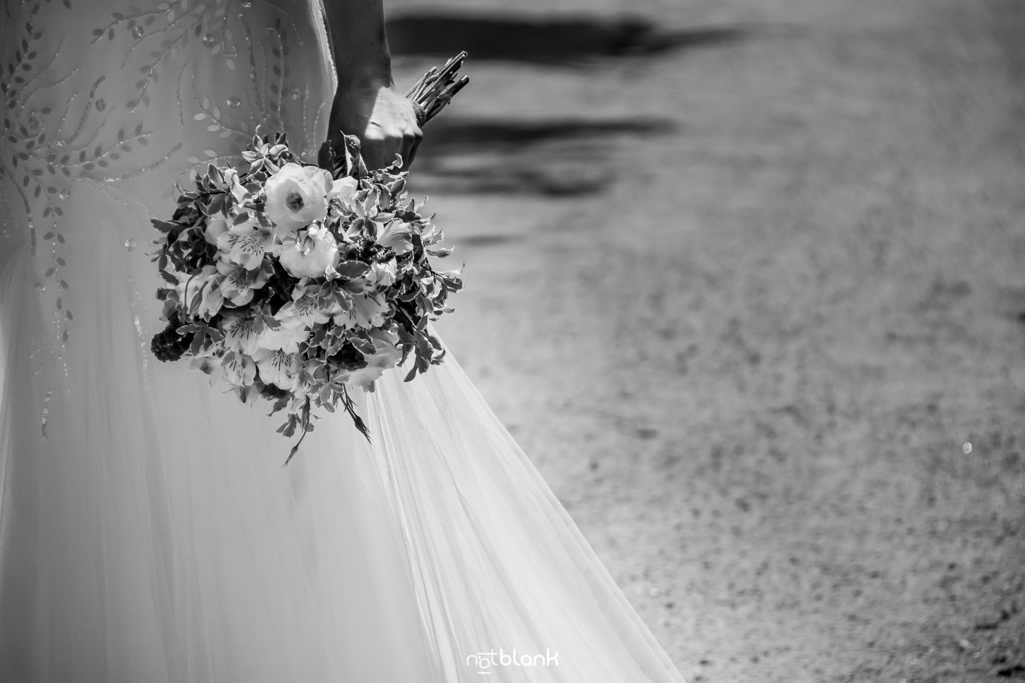 notblank-boda-Fotógrafo de boda-Pazo de Cea-Nigrán-Manos-Novia-Ramo-Vestido-Flores