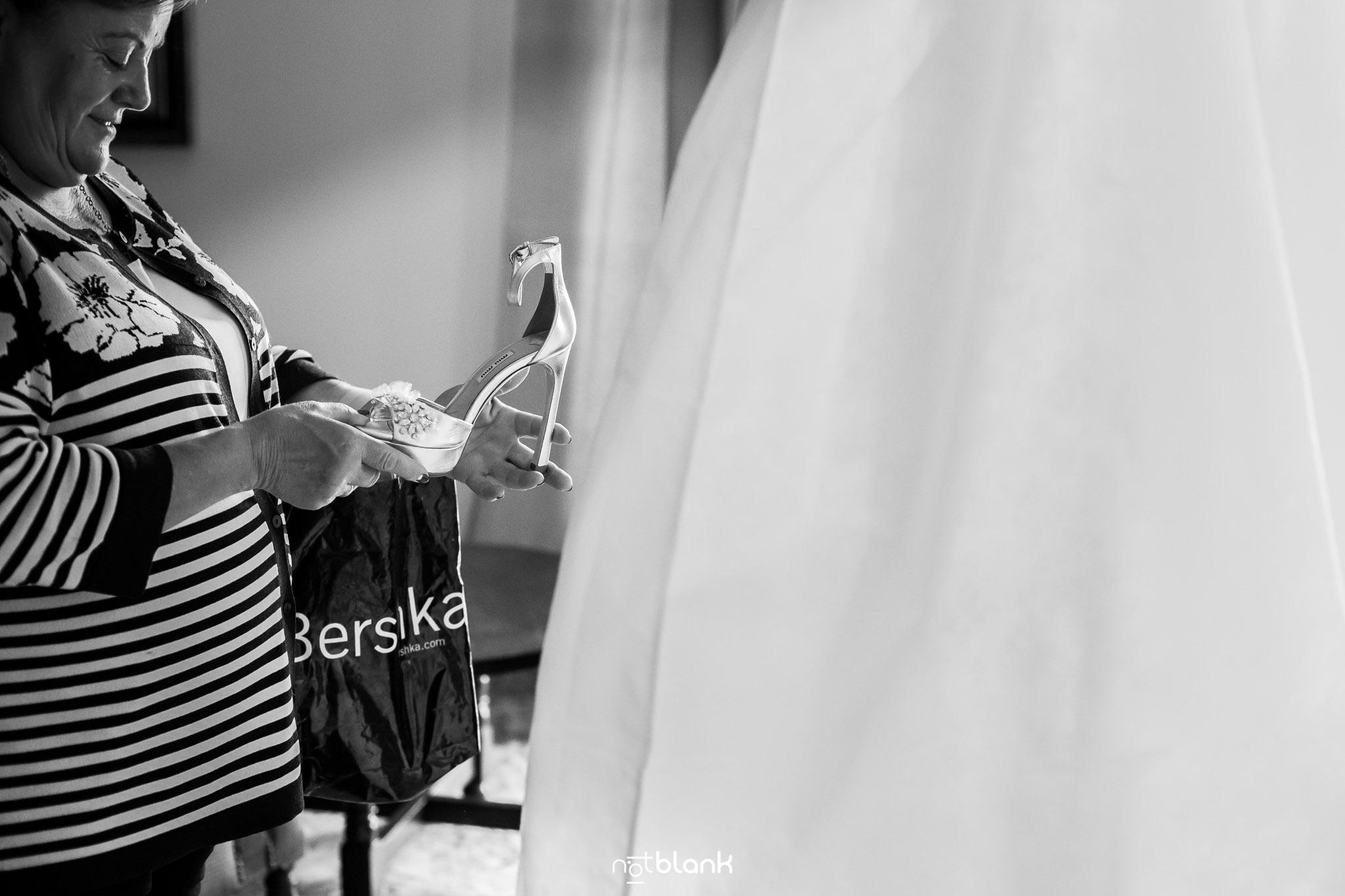 notblank-boda-Fotógrafos-de-boda-Parador Baiona-Bayona-Novia-Preparativos-Madre de la novia-Zapatos