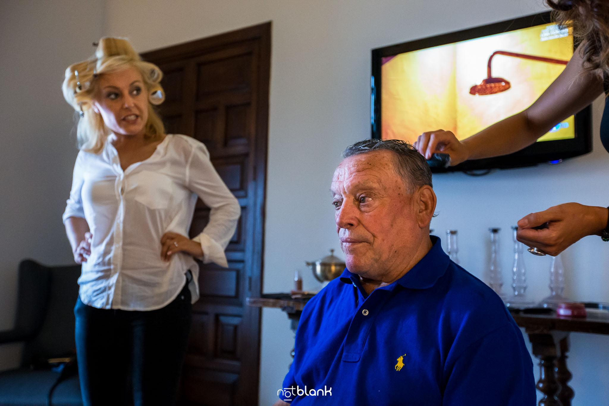 Boda Parador Baiona-Bayona-Fotógrafo de boda-Novia-Padre-Padrino-Preparativos-Peluquera-Televisión-Ducha