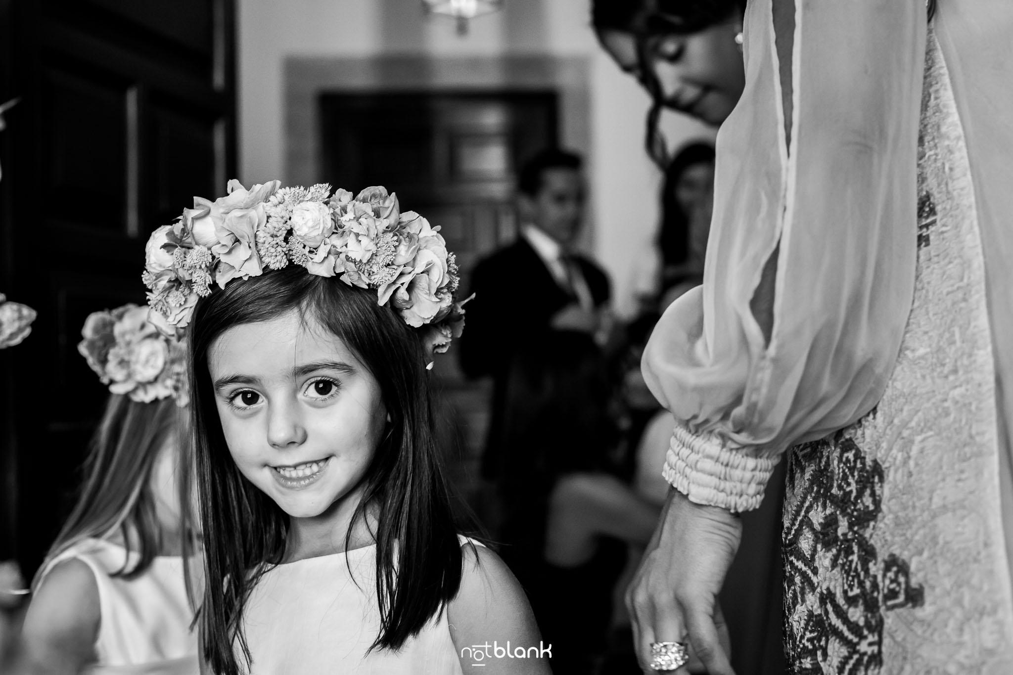 Boda Parador Baiona-Bayona-Fotógrafo de boda-Niña-Flores-Corona-Retrato-Mirada