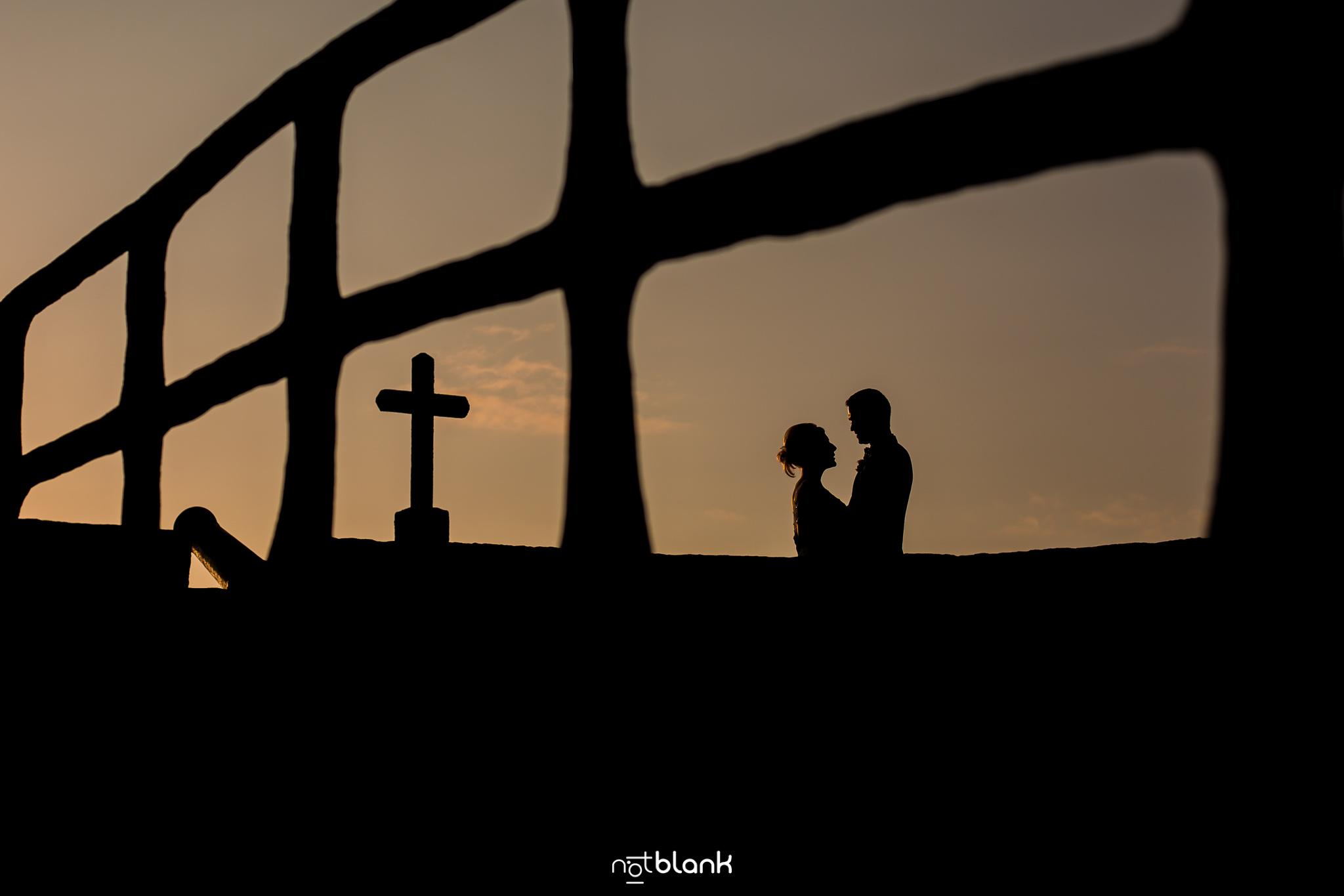 notblank-boda-Fotógrafos-de-boda-Parador Baiona-Bayona-Silueta-Atardecer-Pareja-Novios-Sesión Fotográfica