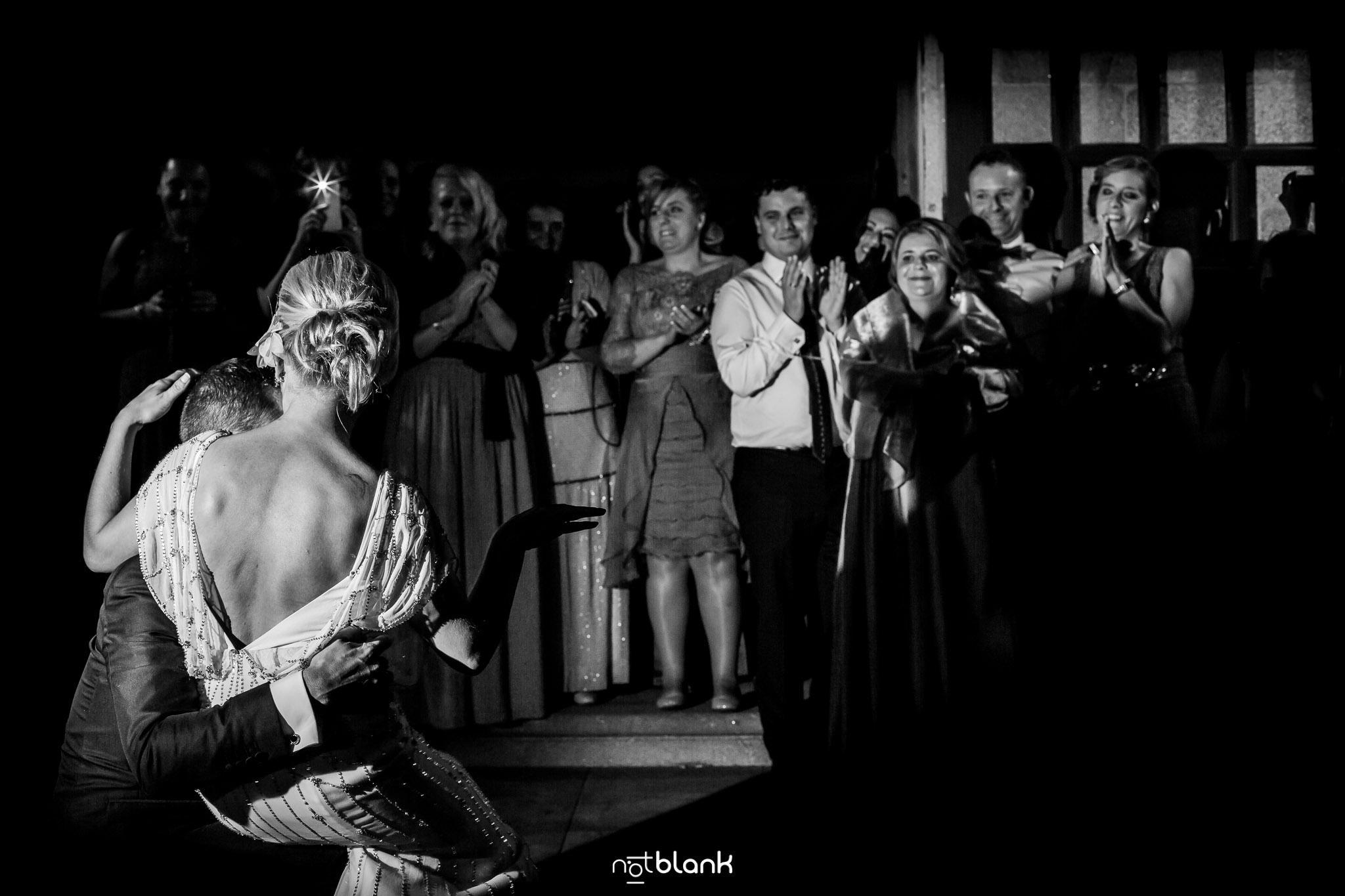 Boda Parador Baiona-Bayona-Fotógrafo de boda-Primer Baile-Invitados-Pareja-Novio-Novia