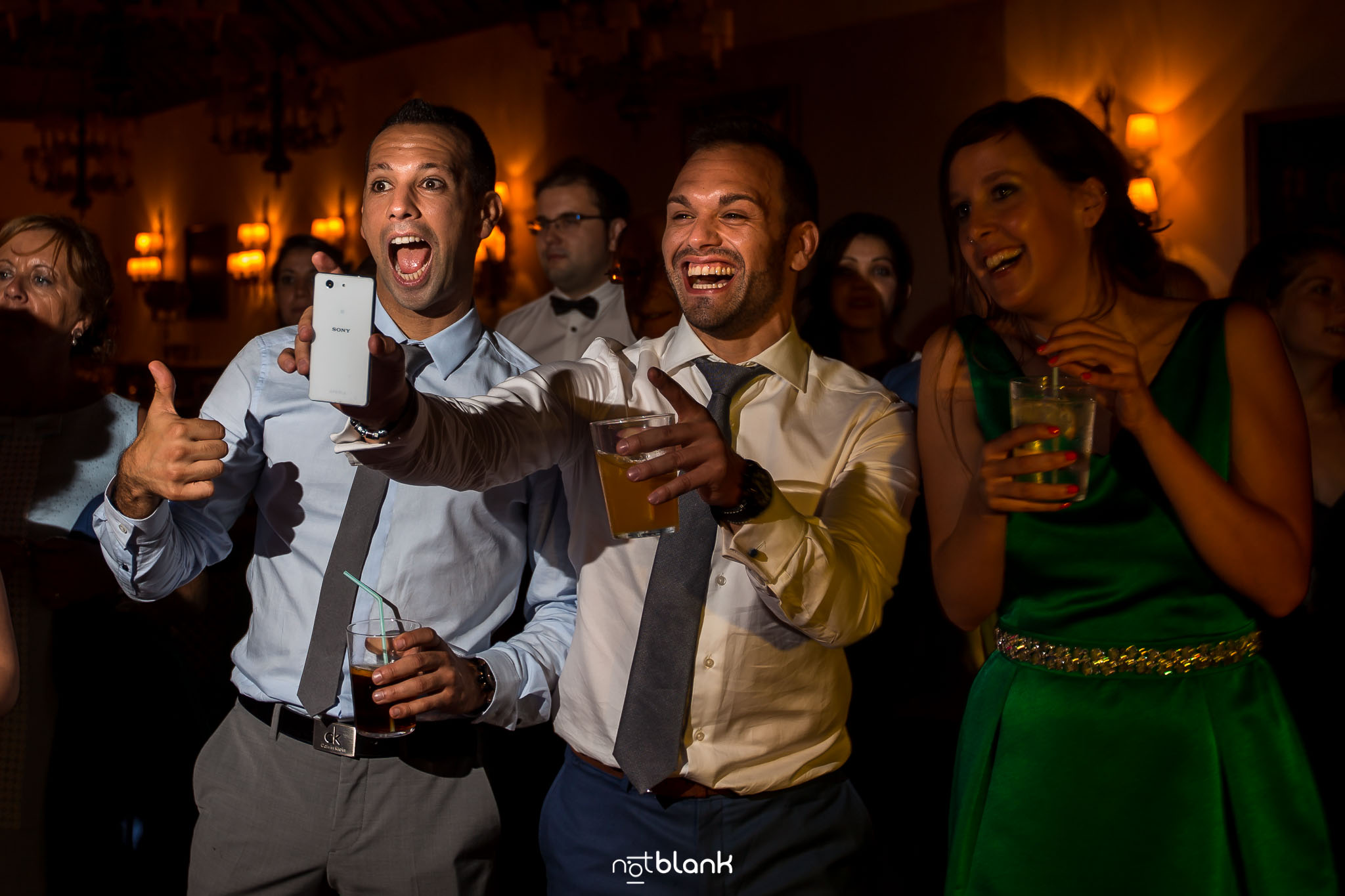 notblank-boda-Fotógrafos-de-boda-Parador Baiona-Bayona-Invitados-Sonrisa-Emoción-Copas-Fiesta-Baile-Teléfono móvil-Cámara