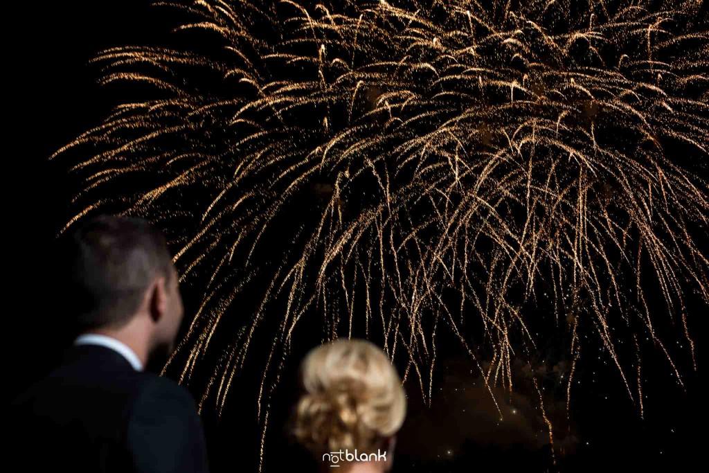 Boda en el Parador de Baiona realizado por Notblank fotografos de boda - Fuegos artificiales durante la celebracion