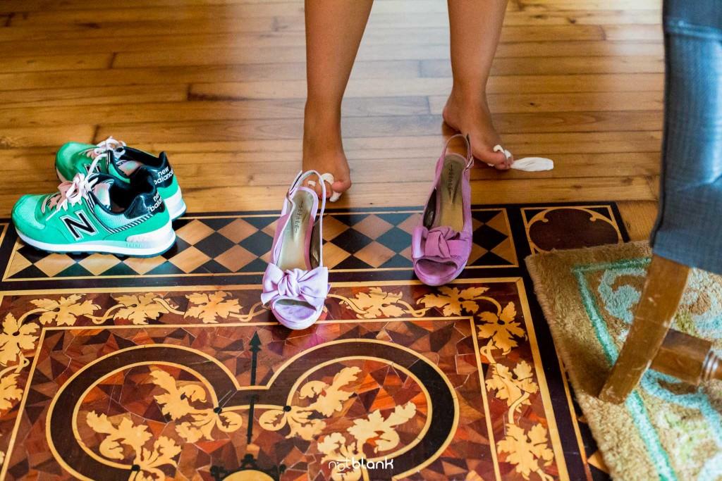 Boda en el Parador de Baiona realizado por Notblank fotografos de boda - Una amiga de la novia se prueba los zapatos con tacones