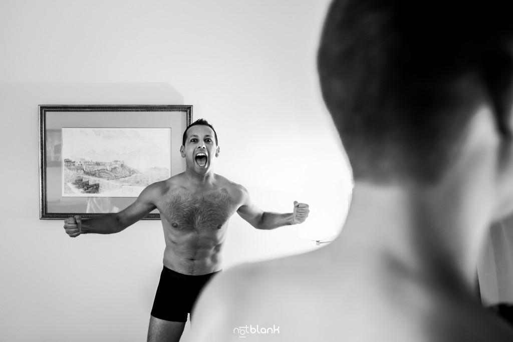 Boda en el Parador de Baiona realizado por Notblank fotografos de boda - Retrato del primo del novio pasándoselo bien