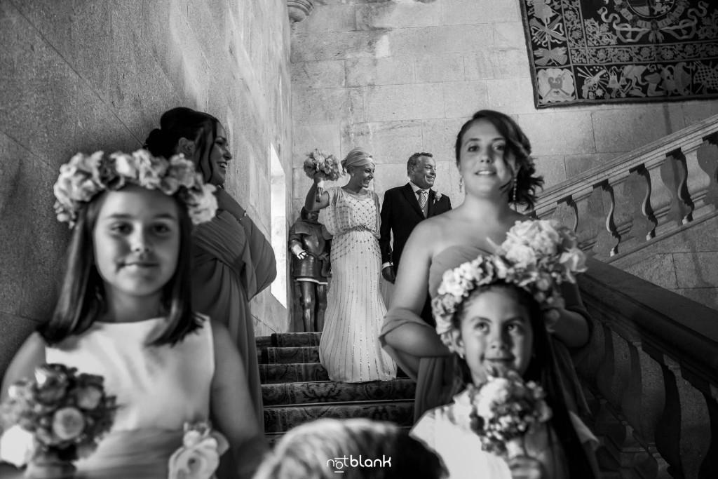 Boda en el Parador de Baiona realizado por Notblank fotografos de boda - La novia baja la escalinata del parador de baiona