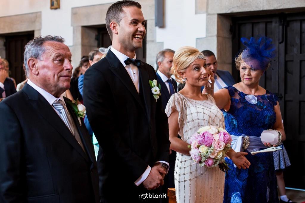 Boda en el Parador de Baiona realizado por Notblank fotografos de boda - Retrato de los novios durante la ceremonia