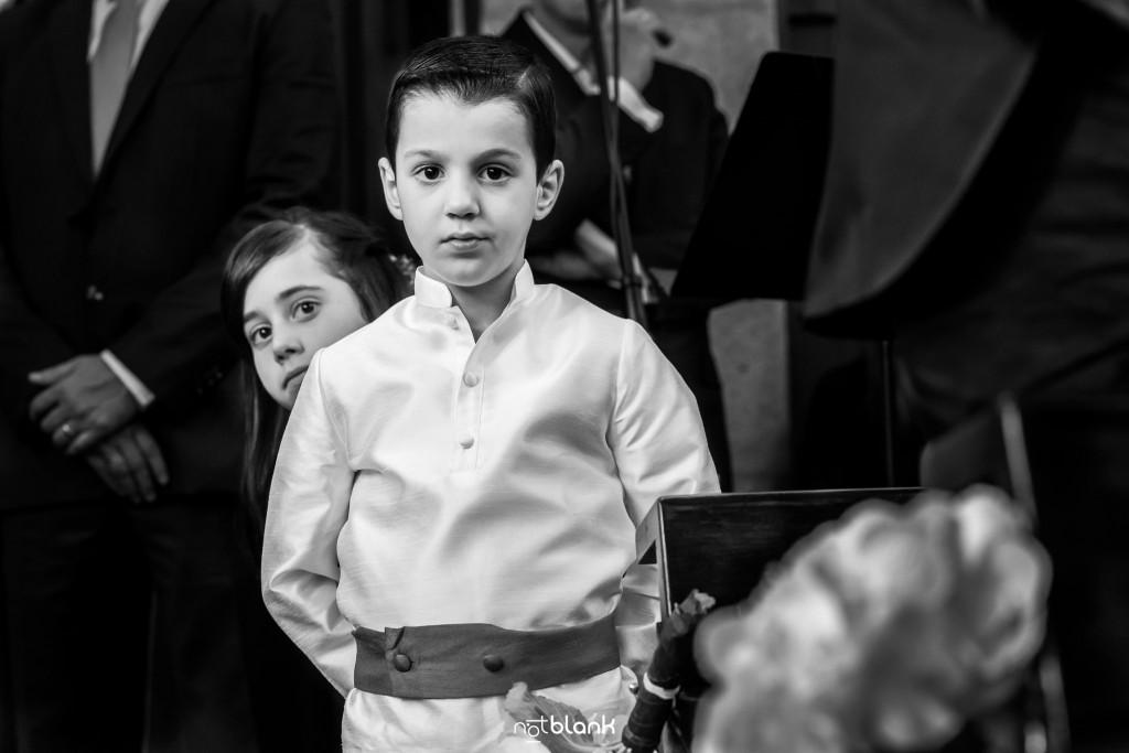 Boda en el Parador de Baiona realizado por Notblank fotografos de boda - Retrato de un niño durante la ceremonia