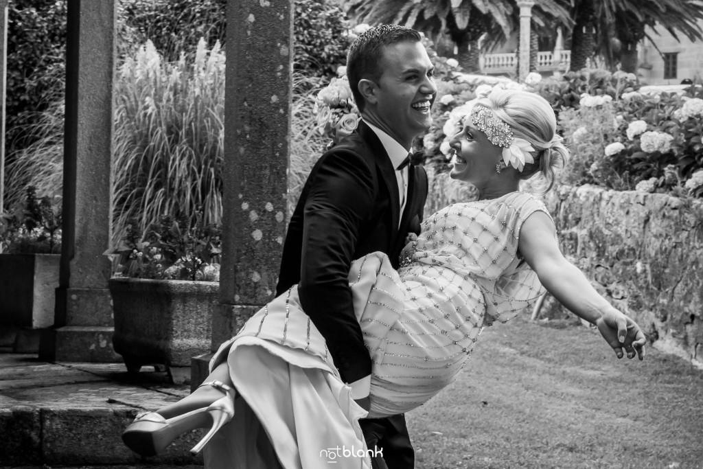 Boda en el Parador de Baiona realizado por Notblank fotografos de boda - Retrato de los novios a la salida de la ceremonia