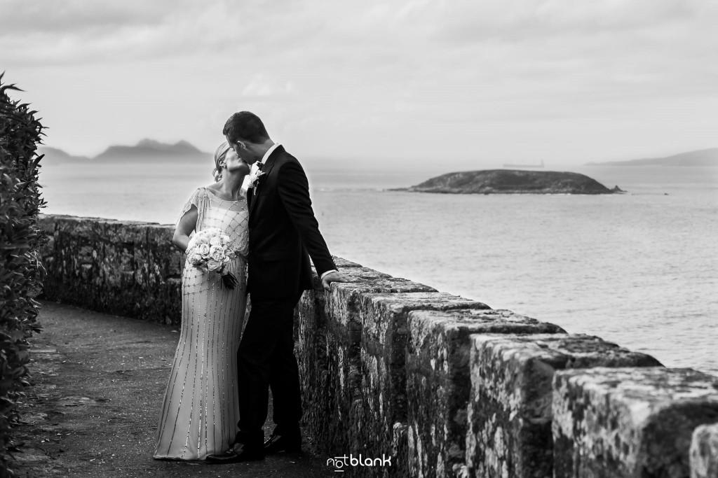 Boda en el Parador de Baiona realizado por Notblank fotografos de boda - Retrato de los novios con las Islas Cíes al fondo