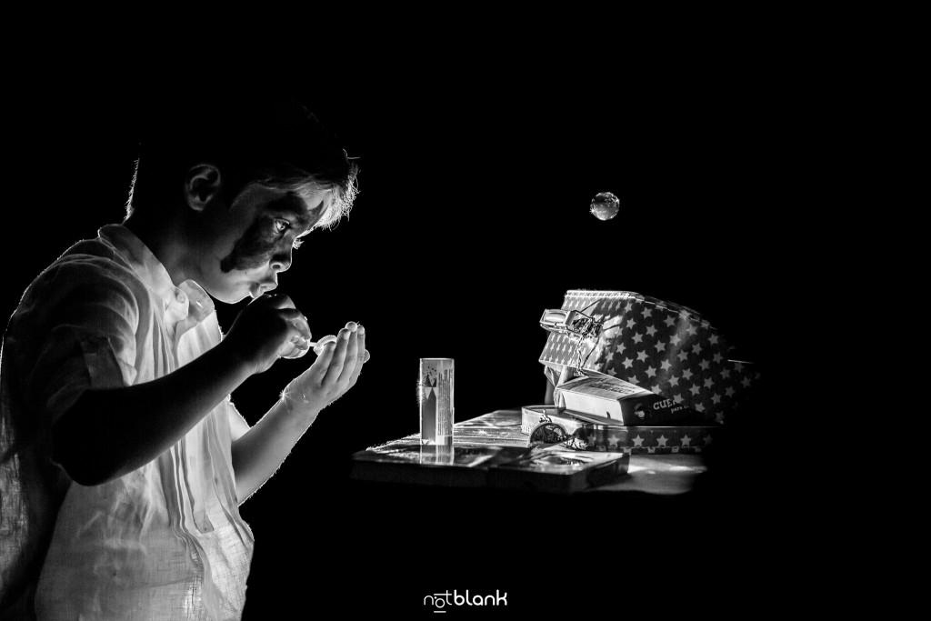 Boda en el Parador de Baiona realizado por Notblank fotografos de boda - Un niño juega con pompas de jabon