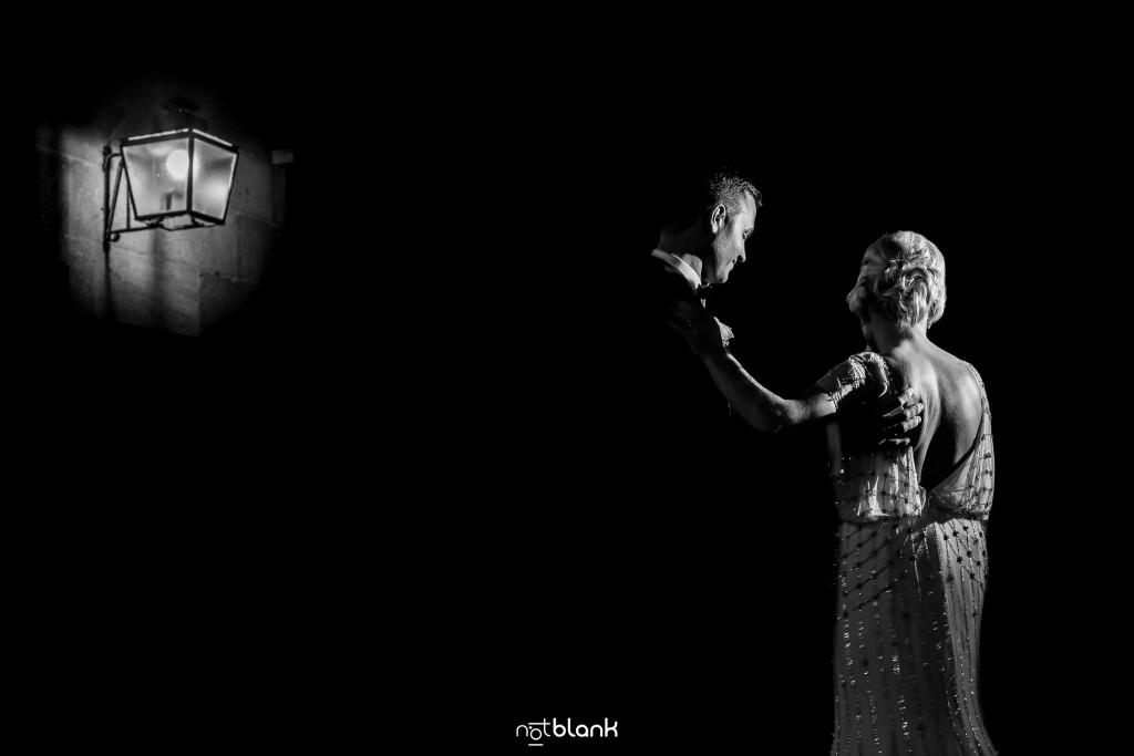 Boda en el Parador de Baiona realizado por Notblank fotografos de boda - Baile de los novios en la terraza del parador de baiona