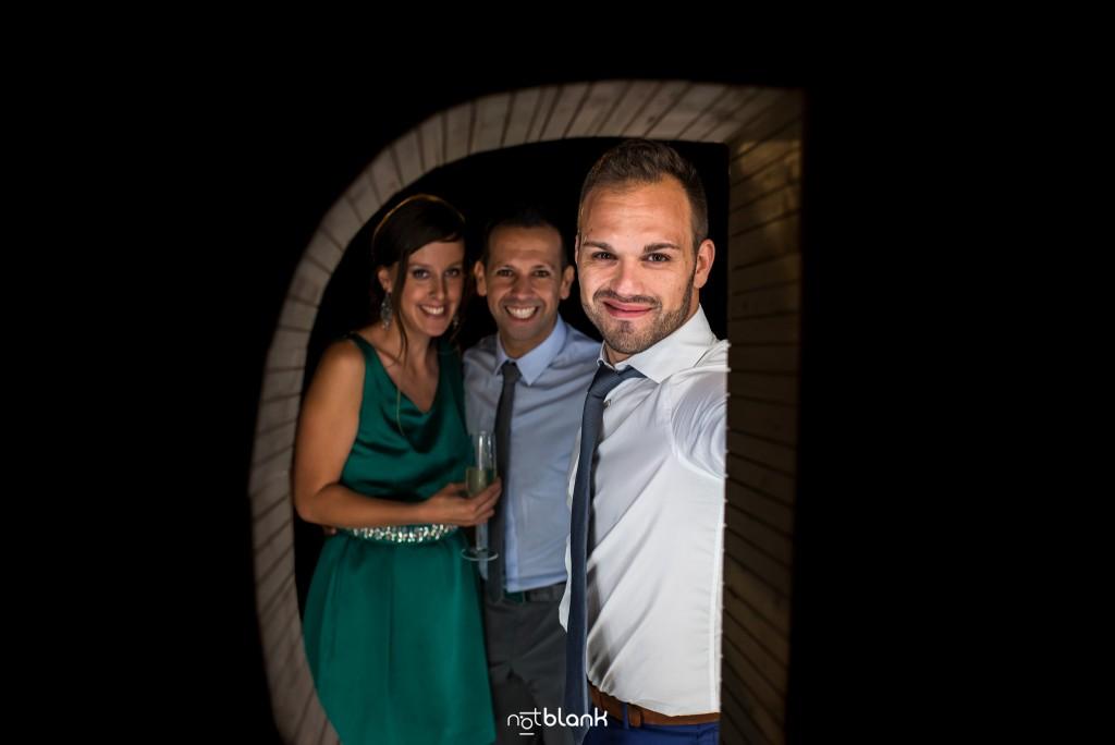 Boda en el Parador de Baiona realizado por Notblank fotografos de boda - Retrato del hermano del novio y unos amigos