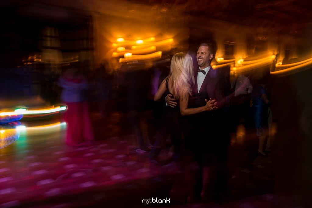 Boda en el Parador de Baiona realizado por Notblank fotografos de boda - El novio baila durante la fiesta