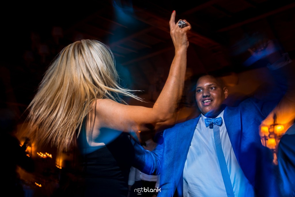 Boda en el Parador de Baiona realizado por Notblank fotografos de boda - El hermano de la novia baila durante la fiesta