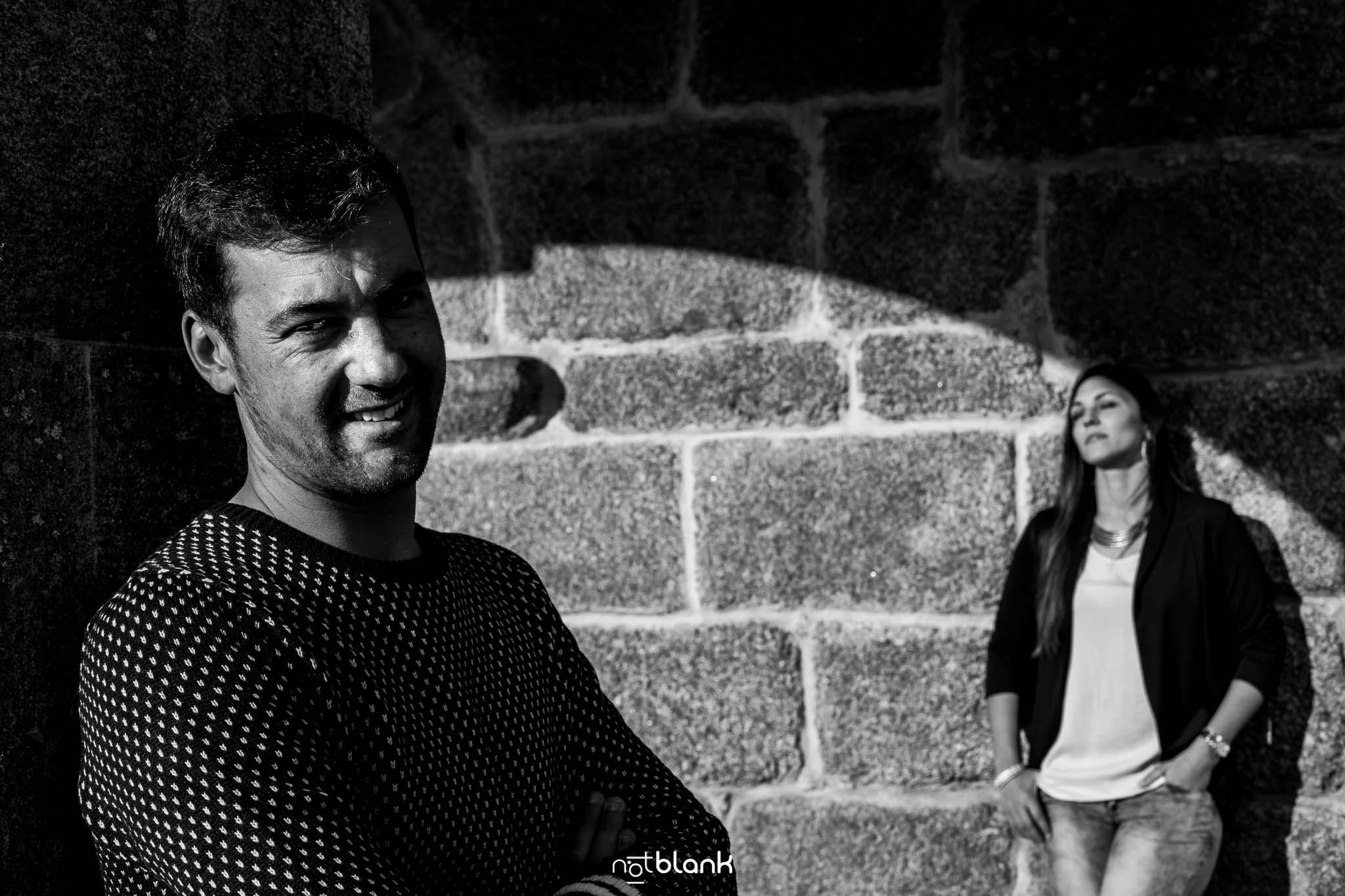 Preboda-Noe-Sito-A-Picoña-Notblank-Fotografos-De-Boda-Piedra-Retrato-Sombra-Luz-Sonrisa