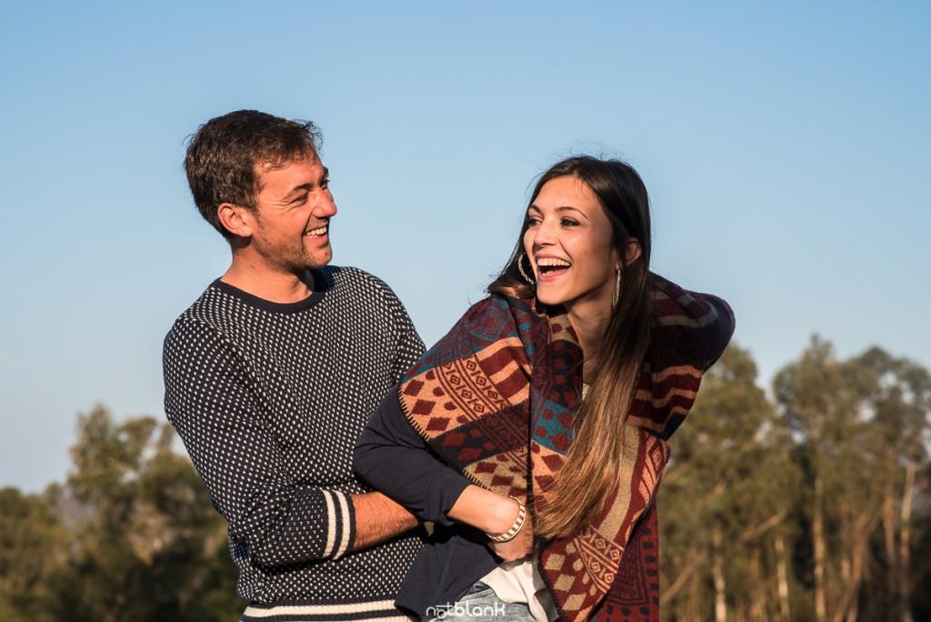 Sesión preboda en picoña. Retrato de la pareja de novios abrazados y sonriendo. Reportaje realizado por los fotógrafos de boda en Vigo Notblank.