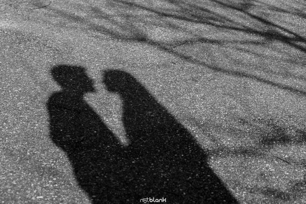 Sesión preboda en picoña. Silueta de los novios abrazados proyectada sobre el asfalto. Reportaje realizado por los fotógrafos de boda en Vigo Notblank.