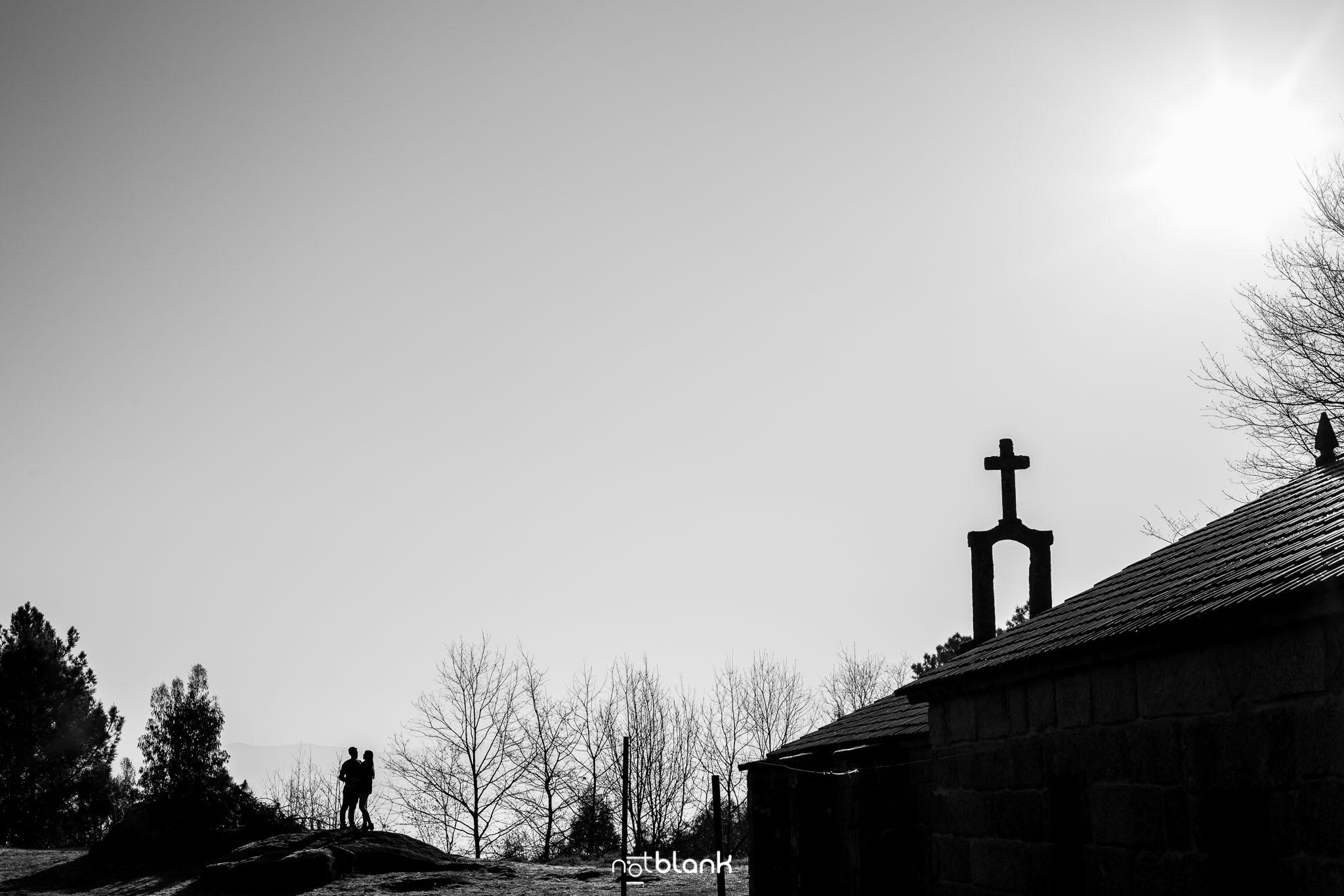Preboda-Noe-Sito-A-Picoña-Notblank-Fotografos-De-Boda-Sombra-Luz-Piedra-Iglesia-Cruz