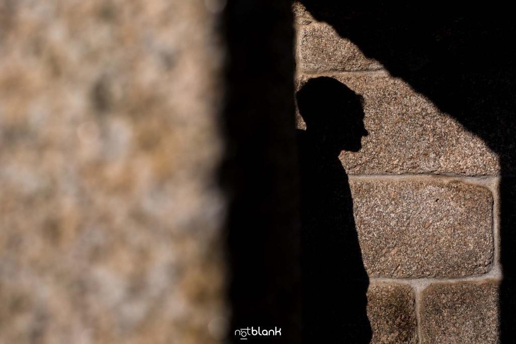Sesión preboda en picoña. Silueta del novio proyectada sobre una pared de piedra. Reportaje realizado por los fotógrafos de boda en Vigo Notblank.