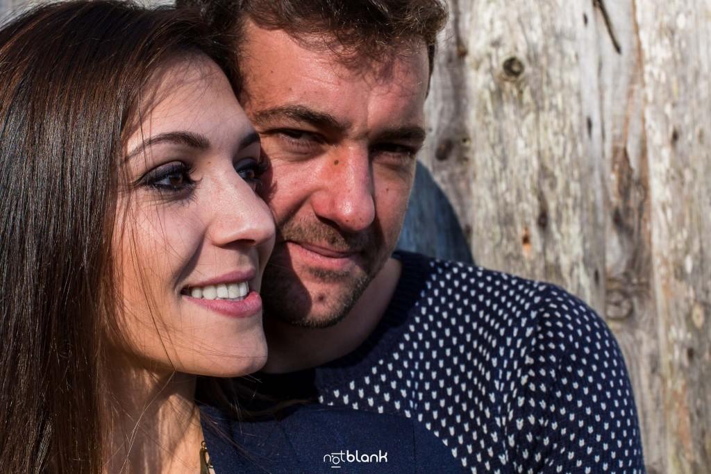 Sesión preboda en picoña. Retrato de la pareja de novios abrazados. Reportaje realizado por los fotógrafos de boda en Vigo Notblank.