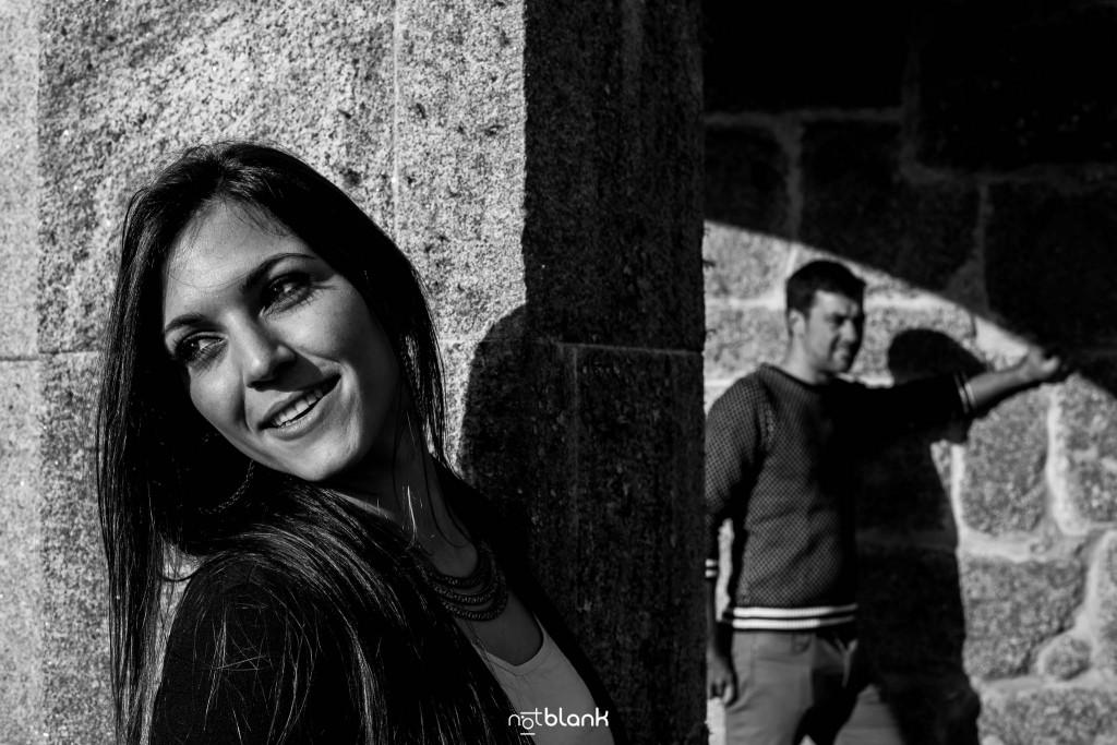 Sesión preboda en picoña. Retrato de la novia y el novio al fondo. Reportaje realizado por los fotógrafos de boda en Vigo Notblank.