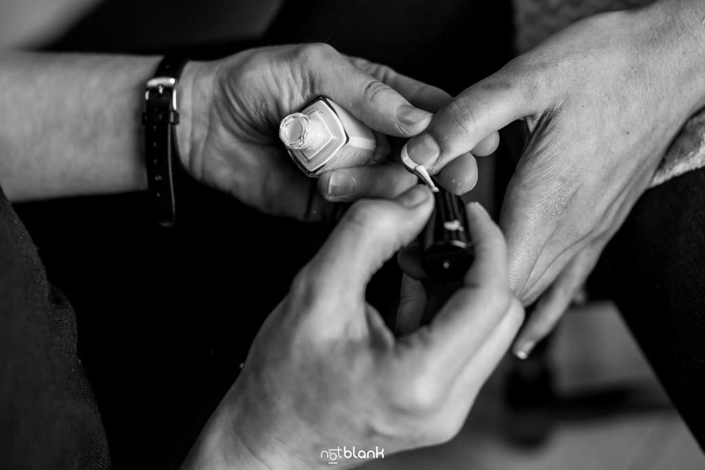 Boda en Salceda de Caselas. A la novia le están haciendo la manicura. Reportaje realizado por Notblank fotógrafos de boda en Galicia.