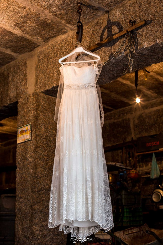 Boda en Salceda de Caselas. Vestido de la novia colgado en la bodega de la casa de sus padres. Reportaje realizado por Notblank fotógrafos de boda en Galicia.