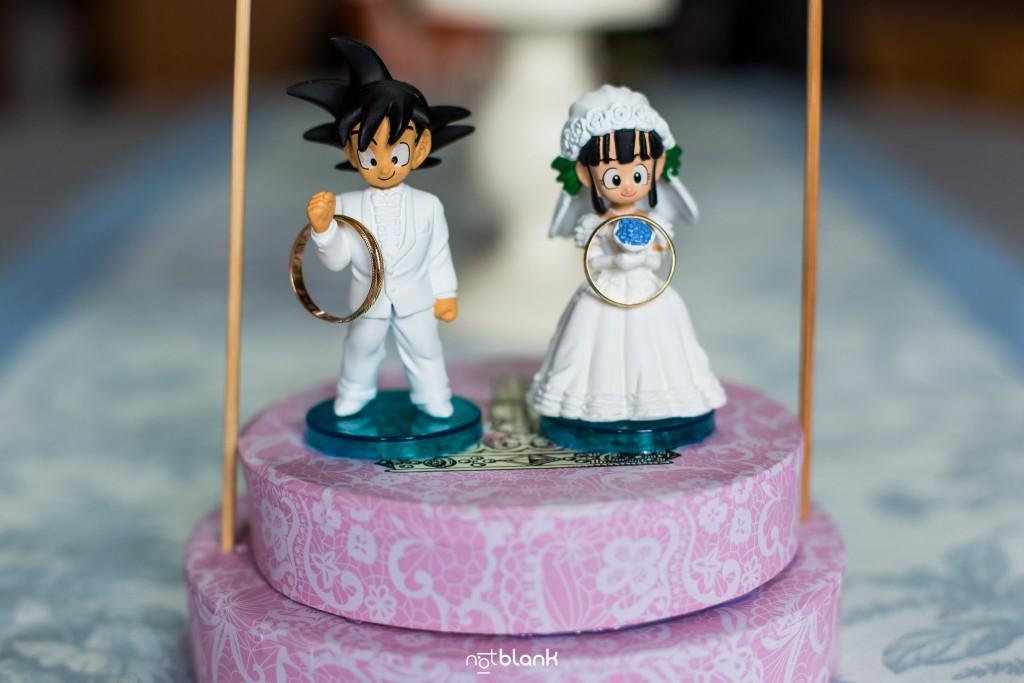 Boda en Salceda de Caselas. Detalle de unas figuras de Songoku y Chichi con los anillos de los novios. Reportaje realizado por Notblank fotógrafos de boda en Galicia.