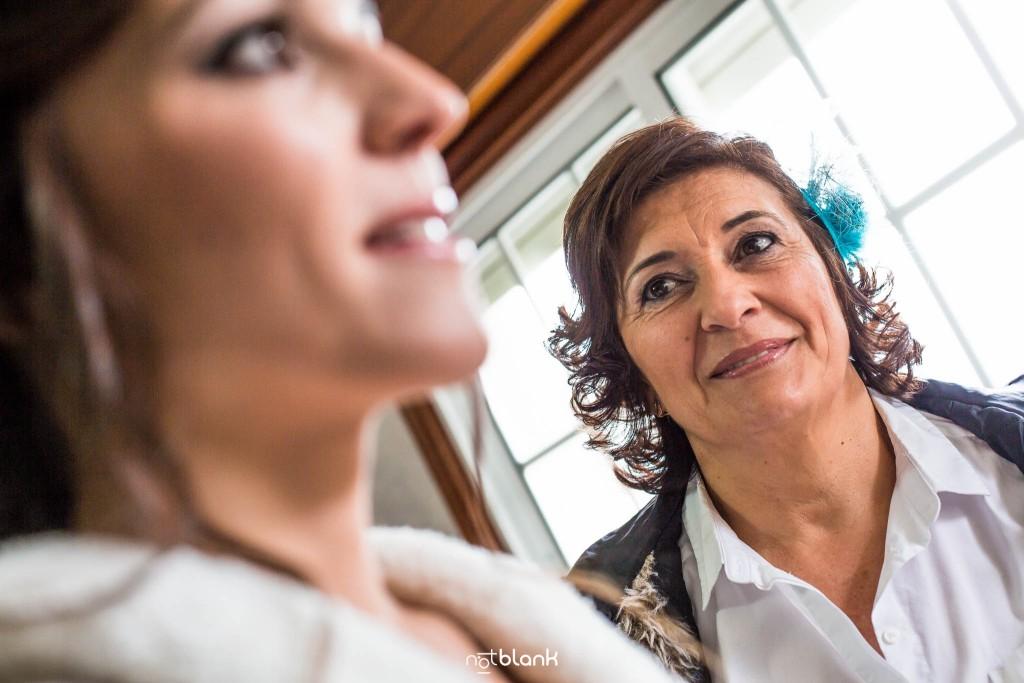 Boda en Salceda de Caselas. La madre de la novia mira atentamente a su hija durante los preparativos. Reportaje realizado por Notblank fotógrafos de boda en Galicia.