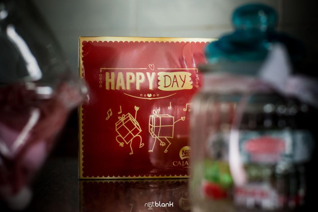 """Boda en Salceda de Caselas. Detalle de una caja de bombones con el siguiente mensaje: """"Happy Day"""" (Feliz Día). Reportaje realizado por Notblank fotógrafos de boda en Galicia."""