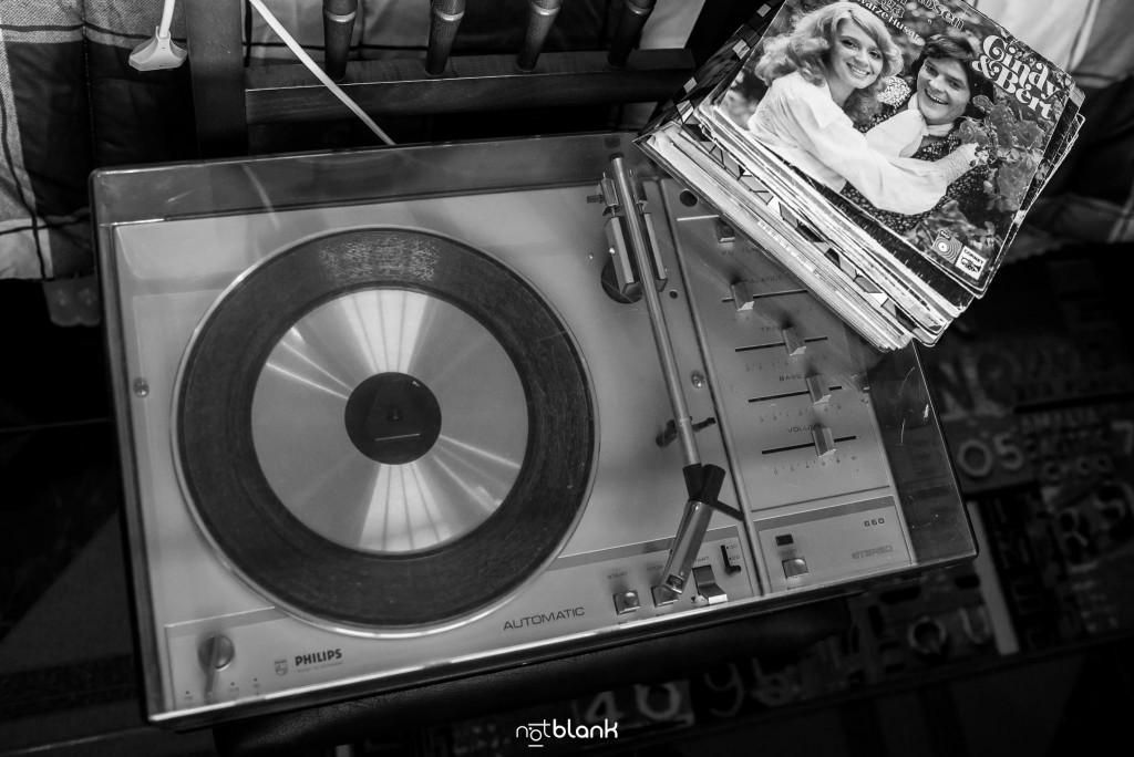 Boda en Salceda de Caselas. Detalle de un tocadiscos con varios vinilos antiguos en el salón de la casa de los padres de la novia. Reportaje realizado por Notblank fotógrafos de boda en Galicia.