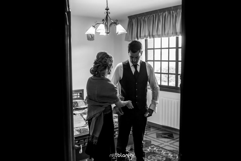 Boda-Noe-Sito-Salceda-De-Caselas-Boda en Salceda de CaselasBoda en Salceda de Caselas. Una amiga del novio lo ayuda a colocar sus gemelos. Reportaje realizado por Notblank fotógrafos de boda en Galicia.