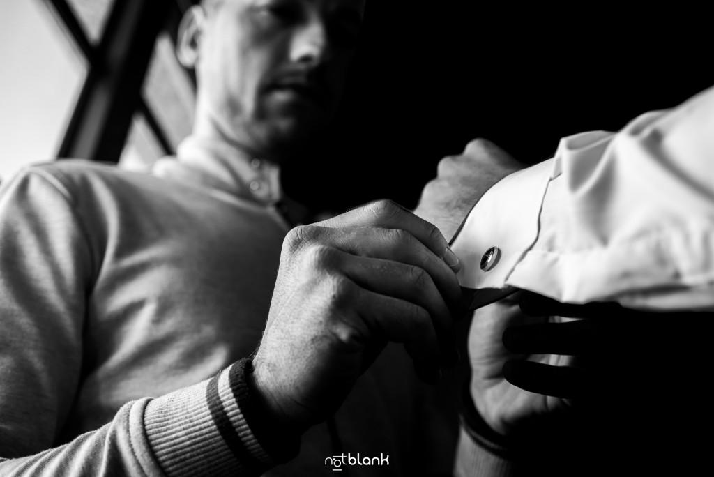 Boda en Salceda de Caselas. El hermano del novio le ayuda durante los preparativos. Reportaje realizado por Notblank fotógrafos de boda en Galicia.