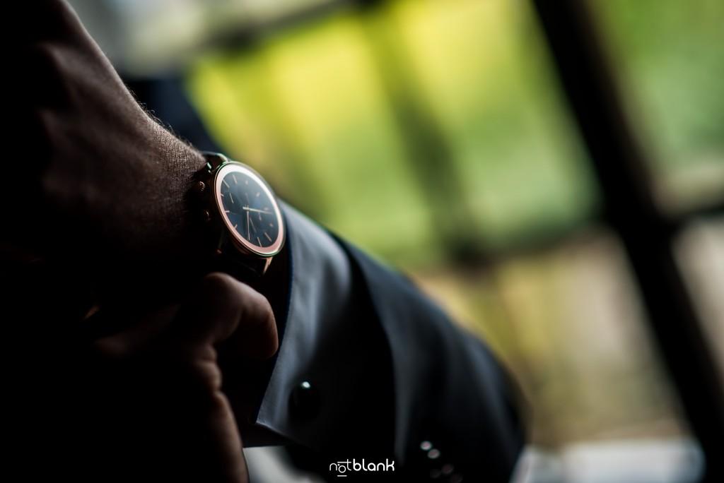 Boda en Salceda de Caselas. El novio se coloca el reloj durante los preparativos. Reportaje realizado por Notblank fotógrafos de boda en Galicia.