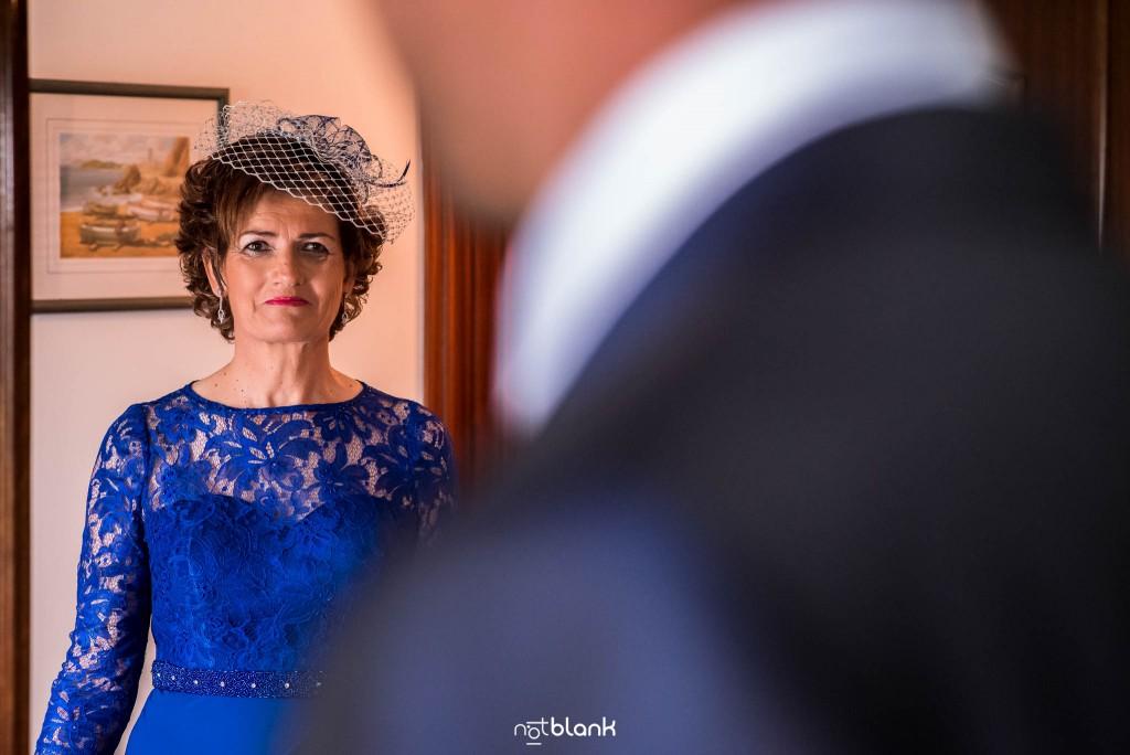 Boda en Salceda de Caselas. La primera mirada de la madre del novio al ver a su hijo vestido con el traje de la boda. Reportaje realizado por Notblank fotógrafos de boda en Galicia.