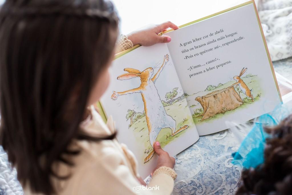 Boda en Salceda de Caselas. La novia lee un cuento infantil a su sobrina mientras se prepara para su boda. Reportaje realizado por Notblank fotógrafos de boda en Galicia.