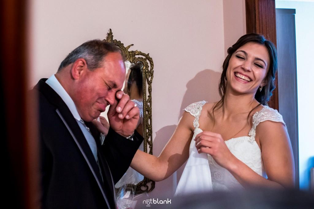 Boda en Salceda de Caselas. La novia le regala a su padre un pañuelo con una dedicatoria y éste hace que se emociona a lo cual la novia se ríe. Reportaje realizado por Notblank fotógrafos de boda en Galicia.