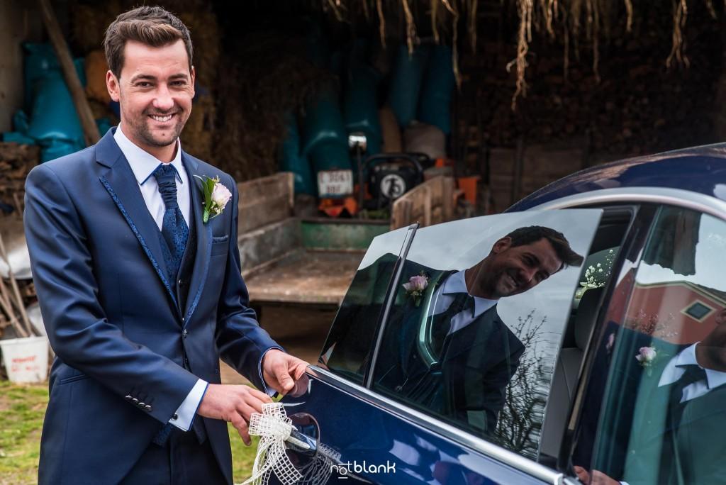 Boda en Salceda de Caselas. El novio se sube a un BMW azul para ir a la ceremonia. Reportaje realizado por Notblank fotógrafos de boda en Galicia.