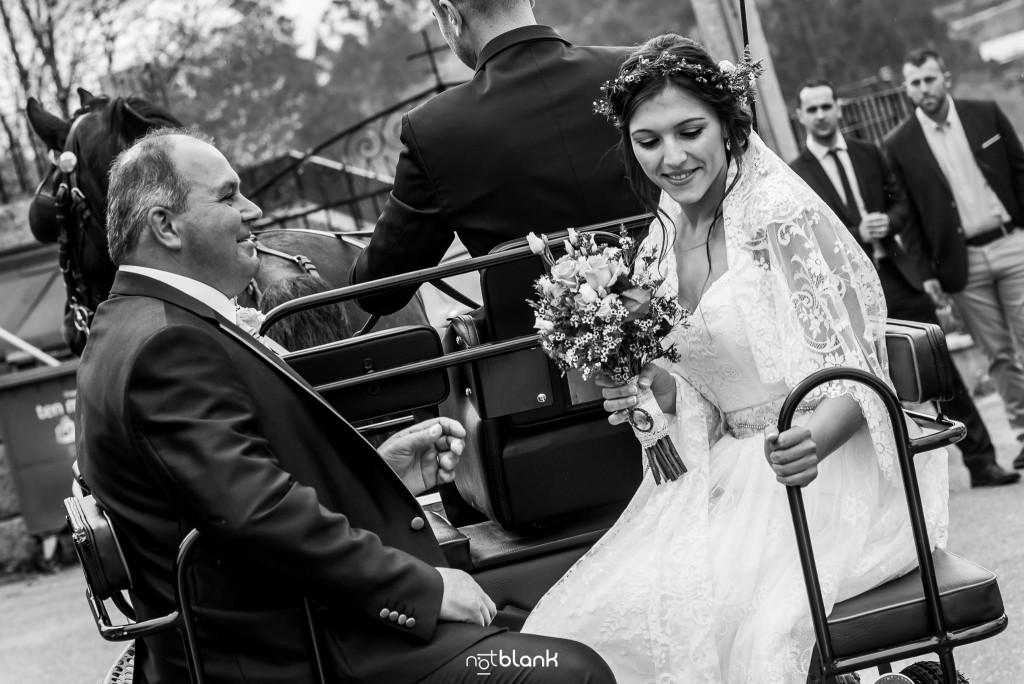 Boda en Salceda de Caselas. La novia llega a la iglesia en carruaje tirado por caballo junto a su padre. Reportaje realizado por Notblank fotógrafos de boda en Galicia.
