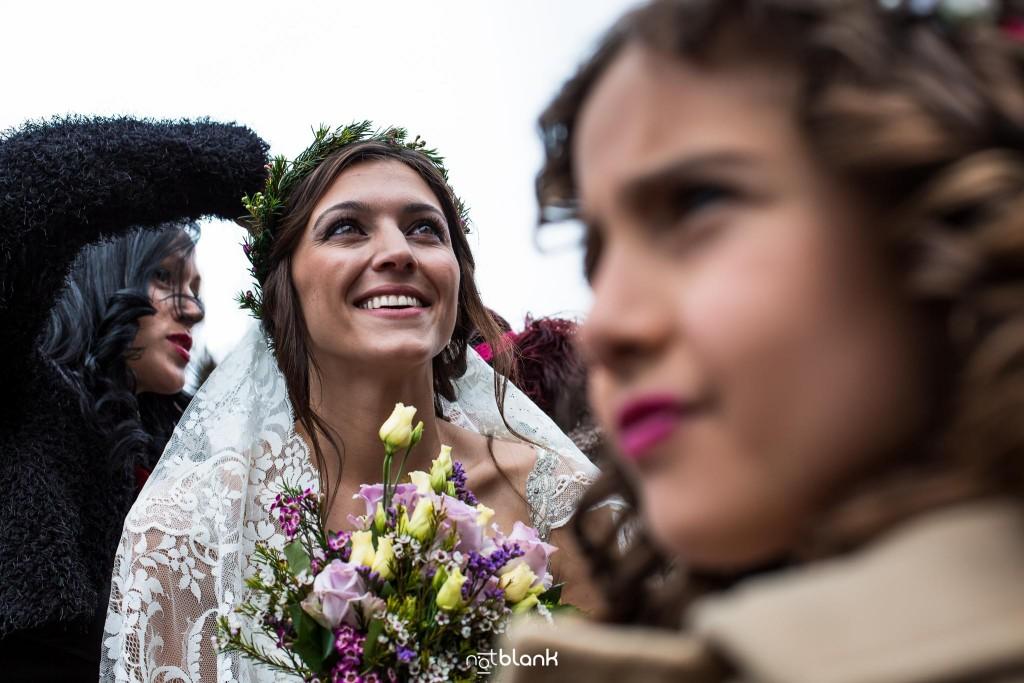 Boda en Salceda de Caselas. La novia llega a la iglesia. Reportaje realizado por Notblank fotógrafos de boda en Galicia.