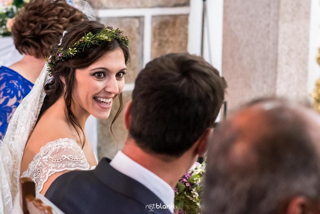 Boda en Salceda de Caselas. La novia sonríe al novio en la iglesia. Reportaje realizado por Notblank fotógrafos de boda en Galicia.
