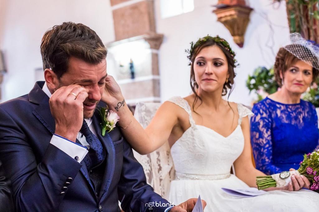 Boda en Salceda de Caselas. La novia le seca las lágrimas al novio durante la ceremonia en la iglesia. Reportaje realizado por Notblank fotógrafos de boda en Galicia.