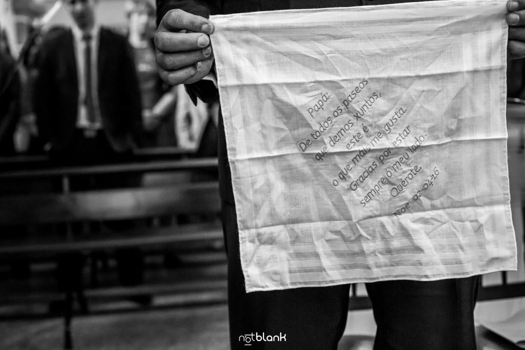 Boda en Salceda de Caselas. El padre de la novia quita del bolsillo el pañuelo que le regaló su hija con la dedicatoria para dársela al novio para secarse las lágrimas. Reportaje realizado por Notblank fotógrafos de boda en Galicia.