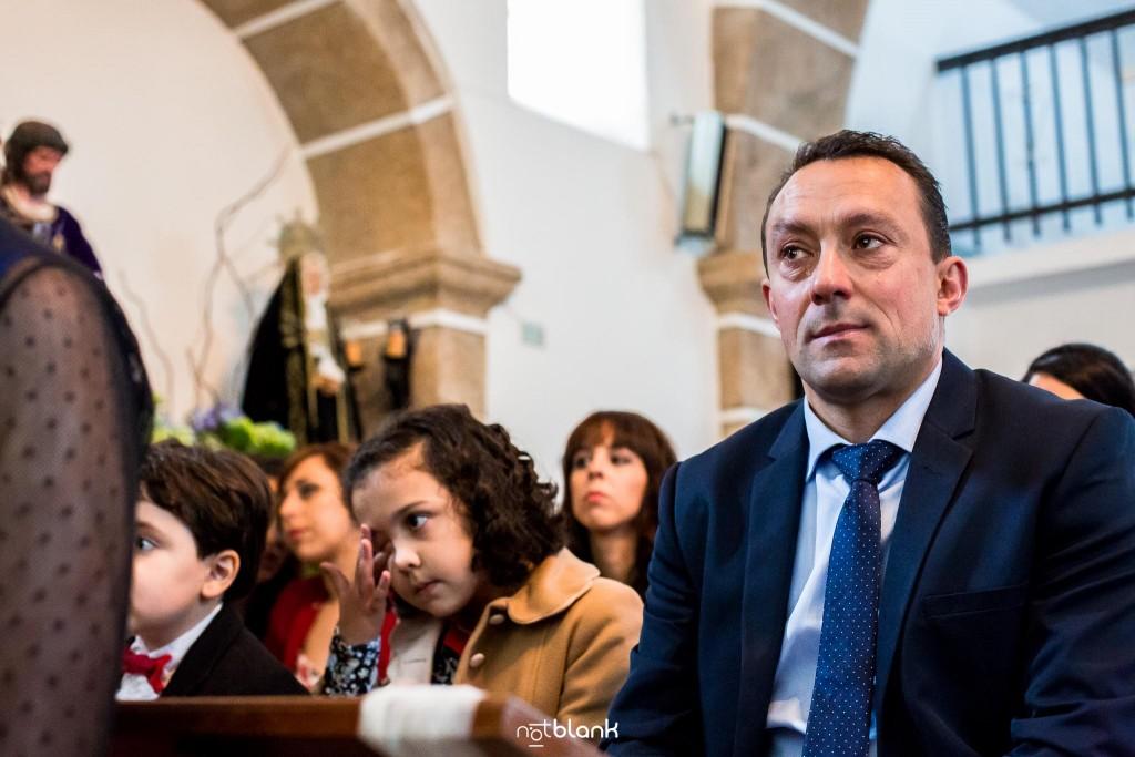 Boda en Salceda de Caselas. Un invitado se emociona y llora durante la ceremonia en la iglesia. Reportaje realizado por Notblank fotógrafos de boda en Galicia.