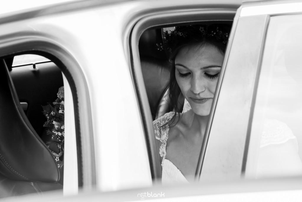 Boda en Salceda de Caselas. Retrato robado de la novia tras sentarse en el coche. Reportaje realizado por Notblank fotógrafos de boda en Galicia.