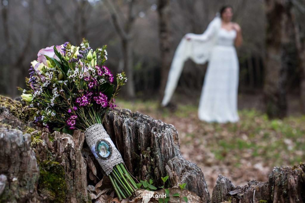 Boda en Salceda de Caselas. Detalle del ramo de la novia con un broche con la foto de la abuela ausente. Reportaje realizado por Notblank fotógrafos de boda en Galicia.