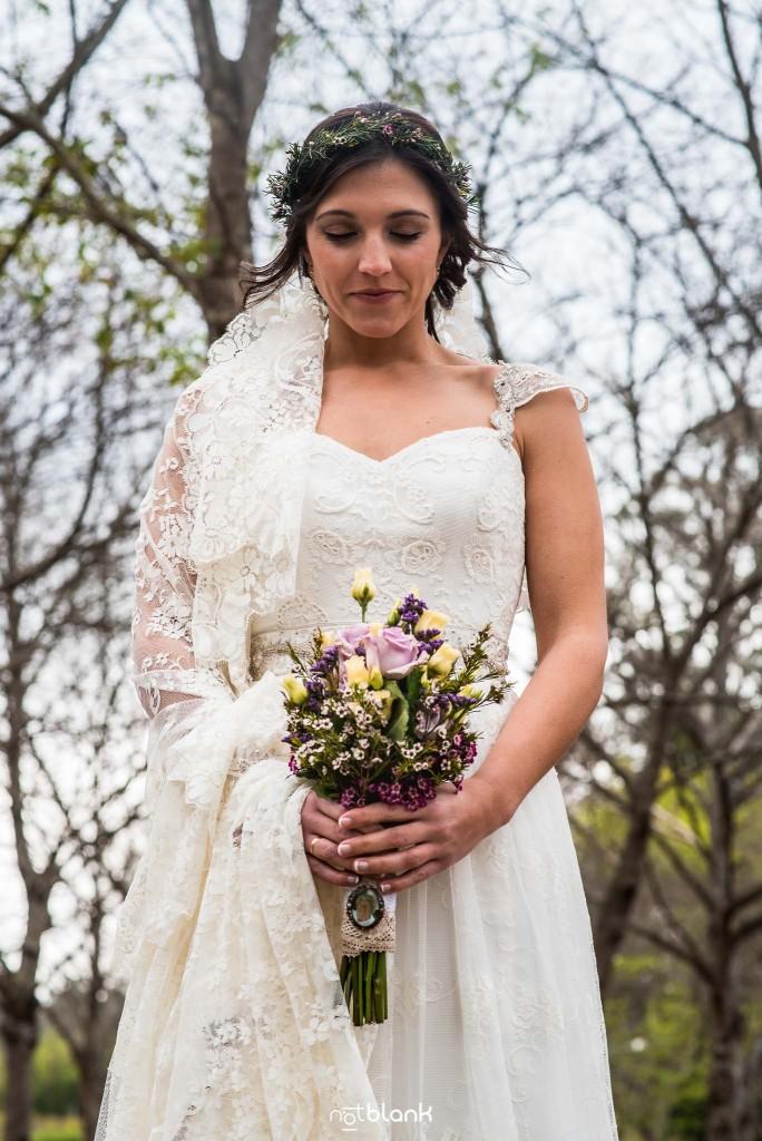 Boda en Salceda de Caselas. Retrato de la novia con su ramo en un bosque. Reportaje realizado por Notblank fotógrafos de boda en Galicia.